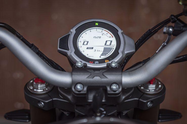 """Si potrebbe definire una scommessa la scelta di entrare in un segmento affollato come quello delle modern classic di media cilindrata, ma la casa motociclistica di Hangzhou si presenta con una motocicletta, la 700 CL-X, che per contenuti e soprattutto per un prezzo contenuto promette di diventare subito protagonista. Il design colpisce al primo sguardo, accattivante la fanaleria con un sistema di luci a X sull'anteriore e a forma di H sul posteriore. Poi il serbatoio con le prese d'aria sui fianchetti, l'alluminio spazzolato e le finiture opache, la sella in pelle e le linee sciancrate da scrambler di altri tempi. Il telaio è a traliccio in acciaio e ricorda i Monster. Concessione al moderno il parafango posteriore appeso che integra il portatarga. Concessione al moderno nella strumentazione composta da un display digitale circolare con schermo LCD. Ma oltre alla bellezza CFMOTO 700 CL-X è riuscita a stupire anche nei contenuti: ABS a due canali , 2 riding mode, frizione antisaltellamento, acceleratore ride by wire, cruise control per evitare le multe per eccesso di velocità, luci adattive e il pratico (e non diffusissimo..) ritorno automatico degli indicatori di direzione. Il prezzo è decisamente conveniente, CFMOTO 700 CL-X arriva nelle concessionarie a soli 6.490 Euro più immatricolazione e messa in strada (ca. 300 euro). Un prezzo che paragonato agli oltre 10.000 di Ducati la rende una scelta senz'altro da valutare, non solo per un pubblico giovane che comincia ma anche per chi, esperto, cerca contenuti in abito che senz'altro non passa inosservato. Il cuore pulsante della 700 CL-X è un moderno motore bicilindrico di 692cc capace di esprimere 75 CV a 8.500 giri, per prestazioni promesse importanti: parliamo di una velocità massima di 180 kmh, con un consumo che si gira attorno ai 20 km con un litro secondo ciclo WMTC (autonomia ca 260 Km) ed emissioni di CO2 pari a 115 g/km. La ciclistica della 700 CL-X. Spiccano i cerchi in lega leggera multirazze da 18"""" all'an"""